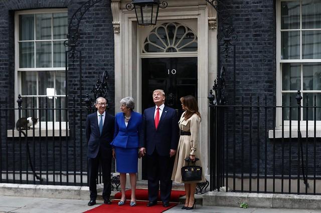 Bất ngờ kẻ dám chặn xe Quái thú của Tổng thống Trump ngay trước mắt Thủ tướng Anh - Ảnh 1.