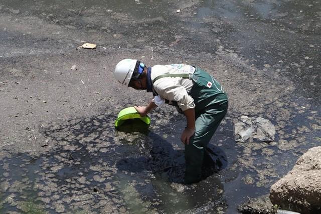 Chuyên gia Nhật Bản lội sông Tô Lịch khảo sát sau 20 ngày thí điểm làm sạch - Ảnh 6.