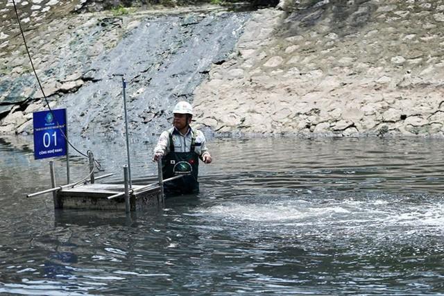 Chuyên gia Nhật Bản lội sông Tô Lịch khảo sát sau 20 ngày thí điểm làm sạch - Ảnh 9.