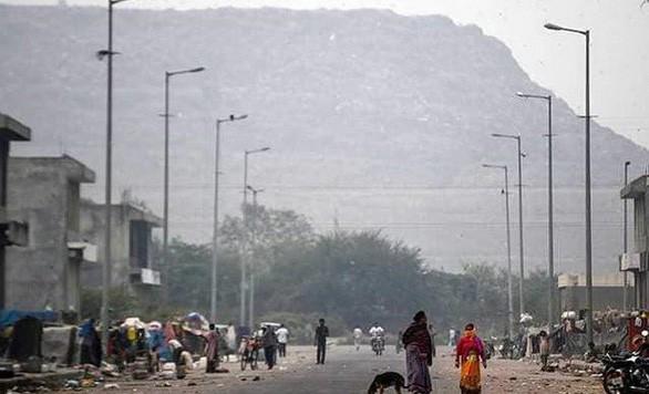 Bãi rác cao như núi, rộng bằng 40 sân bóng khiến giới chức Ấn Độ lo ngại nguy cơ xảy ra tai nạn máy bay - Ảnh 3.