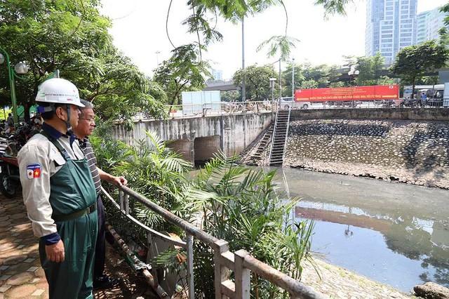 Giắt ca nhựa sau lưng, tiến sĩ Nhật làm điều kỳ lạ giữa sông Tô Lịch - Ảnh 2.