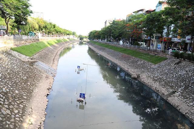 Giắt ca nhựa sau lưng, tiến sĩ Nhật làm điều kỳ lạ giữa sông Tô Lịch - Ảnh 4.