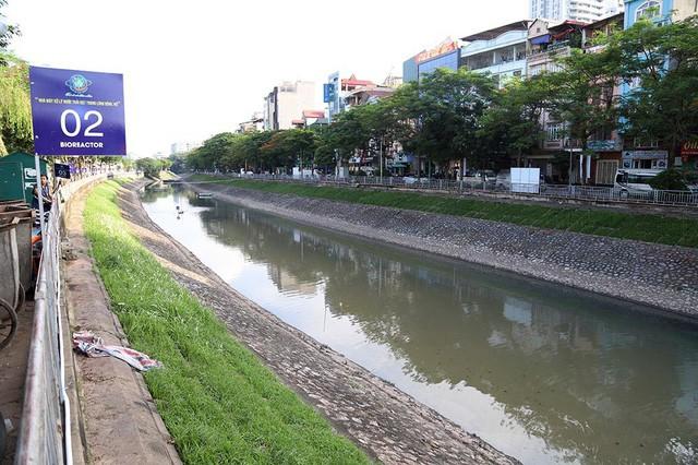 Giắt ca nhựa sau lưng, tiến sĩ Nhật làm điều kỳ lạ giữa sông Tô Lịch - Ảnh 14.
