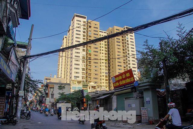 Dân Thủ đô kêu trời vì loạt cao ốc đu bám hai bên tuyến phố chỉ rộng gần 10m - Ảnh 1.