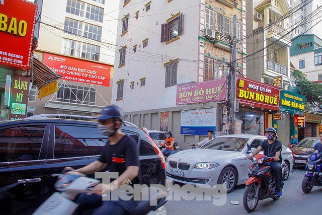 Dân Thủ đô kêu trời vì loạt cao ốc đu bám hai bên tuyến phố chỉ rộng gần 10m - Ảnh 4.