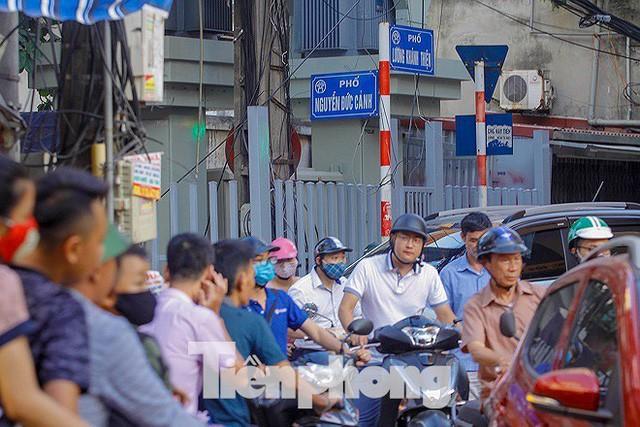 Dân Thủ đô kêu trời vì loạt cao ốc đu bám hai bên tuyến phố chỉ rộng gần 10m - Ảnh 8.