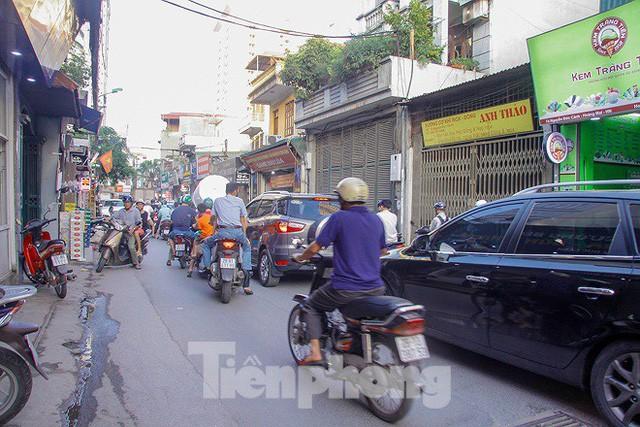 Dân Thủ đô kêu trời vì loạt cao ốc đu bám hai bên tuyến phố chỉ rộng gần 10m - Ảnh 9.