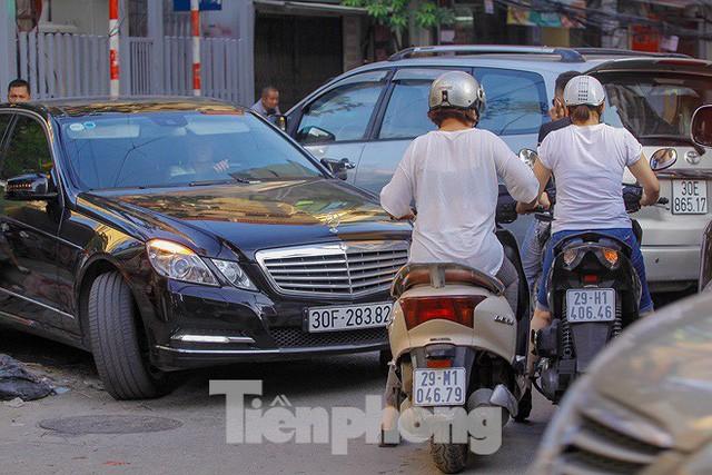Dân Thủ đô kêu trời vì loạt cao ốc đu bám hai bên tuyến phố chỉ rộng gần 10m - Ảnh 10.