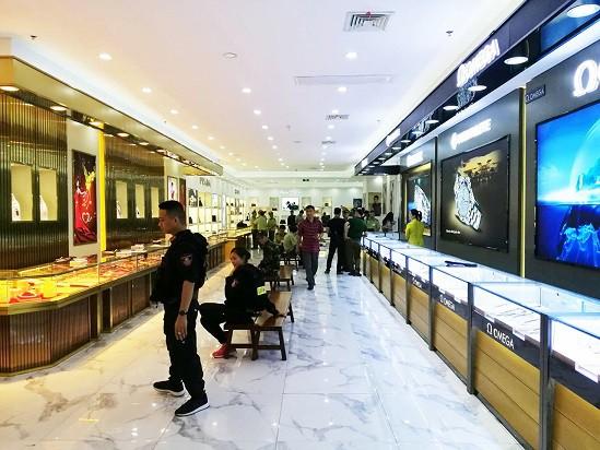 Đột kích trung tâm mua sắm, thu lượng hàng hiệu nghi giả gần 100 tỷ đồng - Ảnh 1.