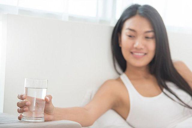 Việc đầu tiên sau khi thức dậy buổi sáng không phải uống nước mà là làm việc này  - Ảnh 2.