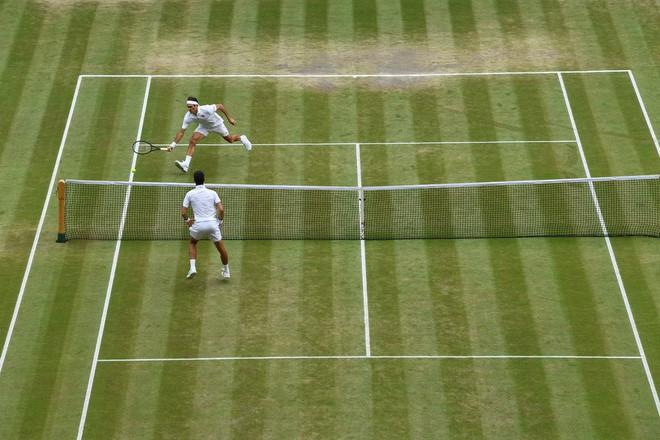 roger federer - photo 3 1563154349229991931664 - Nhói lòng khoảnh khắc huyền thoại Roger Federer lặng người bất động sau trận chung kết Wimbledon lịch sử và hấp dẫn không thể tin nổi