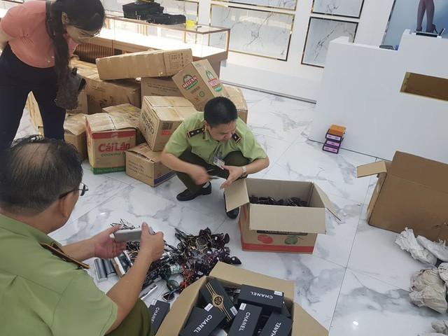 Thu giữ hàng nghìn sản phẩm giả nhãn hiệu Rolex, Hermes, Franck Muller,... tại Sài Gòn Square - Ảnh 1.