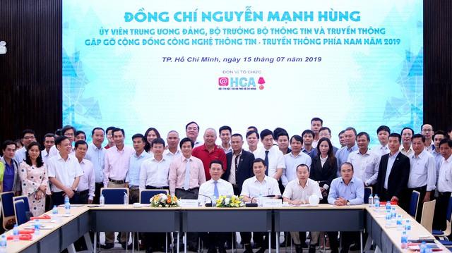 Bộ trưởng Nguyễn Mạnh Hùng chỉ ra cửa giúp doanh nghiệp Việt Nam làm ra mạng xã hội thắng được Facebook - Ảnh 1.