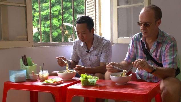 Food tour Hà Nội được báo Anh ca ngợi hết lời, đề xuất không thể bỏ qua bánh canh cá rô, bánh cuốn, cà phê - Ảnh 5.