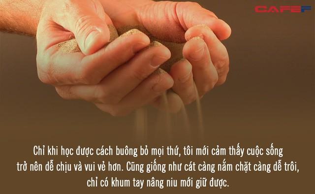 Cuộc sống như nắm cát trong tay, càng nắm chặt, càng dễ trôi: Khum tay nâng niu mới giữ được cát, học cách chấp nhận nghịch cảnh mới thấy nhẹ lòng - Ảnh 2.