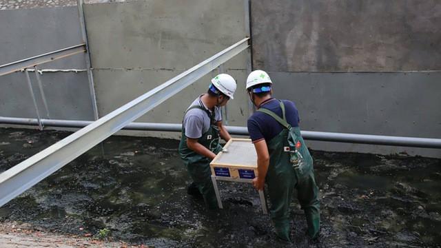 """Cuốn bay kết quả thí nghiệm làm sạch sông Tô Lịch """"không phải do xả nước Hồ Tây mà do mưa"""" - Ảnh 1."""