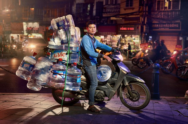 [Ảnh] Nền kinh tế trên yên xe máy ở Việt Nam qua ống kính phóng viên The Guardian - Ảnh 3.