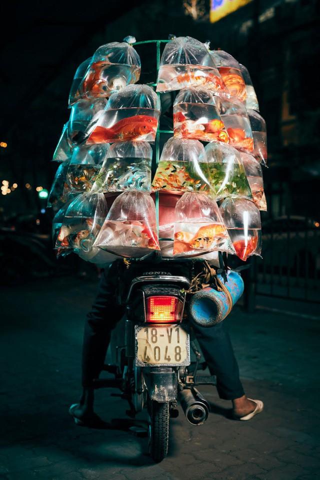 [Ảnh] Nền kinh tế trên yên xe máy ở Việt Nam qua ống kính phóng viên The Guardian - Ảnh 7.