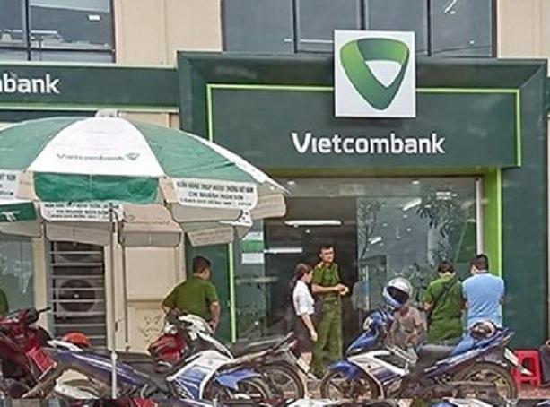 Thanh Hóa: Công an ráo riết truy tìm đối tượng hùng hổ vác súng cướp ngân hàng, bắn bảo vệ bị thương - Ảnh 1.