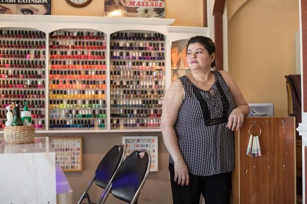 Câu chuyện của 2 phụ nữ gốc Việt làm nghề nail ở Mỹ: Tiền kiếm dễ nhưng nước mắt chảy ngược vào trong, đánh đổi sức khỏe để mưu sinh trên đất khách - Ảnh 1.