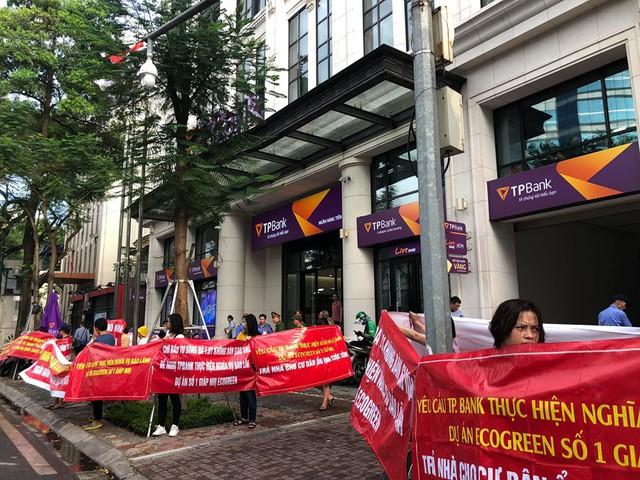 Khách mua chung cư Eco Green Tower liên tục căng băng rôn trước hội sở chính ngân hàng TPBank đòi quyền lợi - Ảnh 2.
