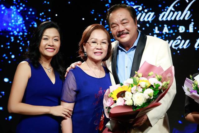 """Chuyện tình nhà Dr Thanh: """"40 năm cuồng phong bão tố, gia đình mình vẫn mãi bình yên"""" - Ảnh 3."""