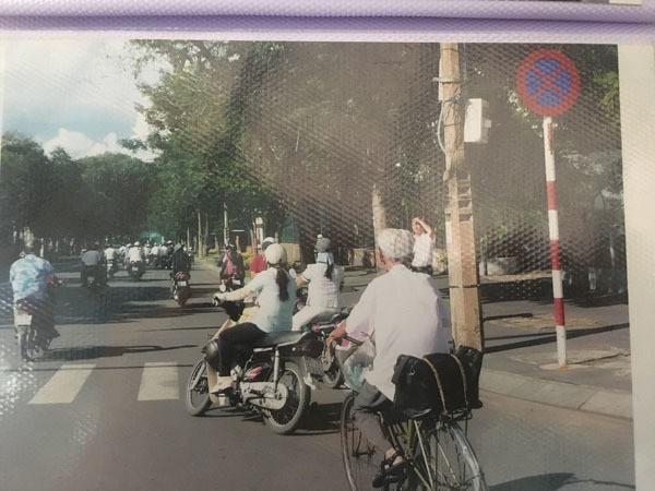 Gặp người viết thư tình xuyên thế kỷ ở Bưu điện Sài Gòn - Ảnh 1.