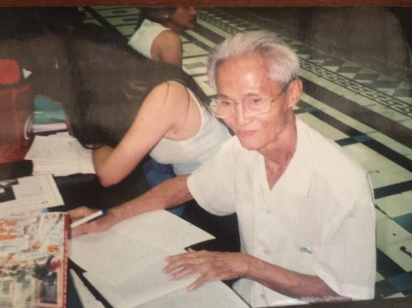 Gặp người viết thư tình xuyên thế kỷ ở Bưu điện Sài Gòn - Ảnh 2.