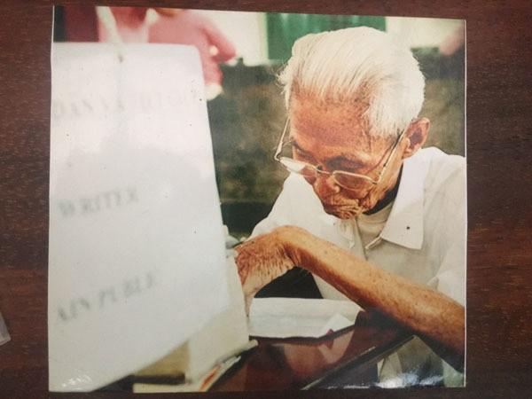 Gặp người viết thư tình xuyên thế kỷ ở Bưu điện Sài Gòn - Ảnh 3.