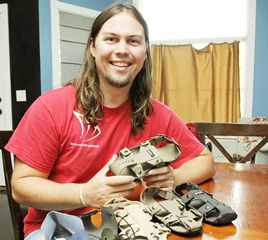 giày tự lớn - adjustable sandal poor children the shoe that grows kenton lee 1 15646570570841154773013 - Phát minh đơn giản thay đổi cuộc sống hàng triệu người: Giày tự lớn và bền ít nhất 5 năm