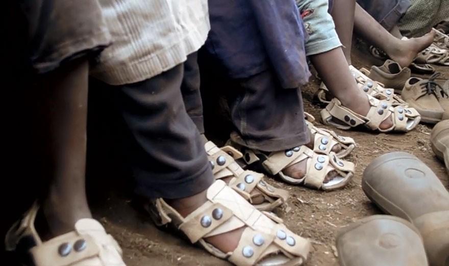 giày tự lớn - adjustable sandal poor children the shoe that grows kenton lee 3 1564657131282342777248 - Phát minh đơn giản thay đổi cuộc sống hàng triệu người: Giày tự lớn và bền ít nhất 5 năm