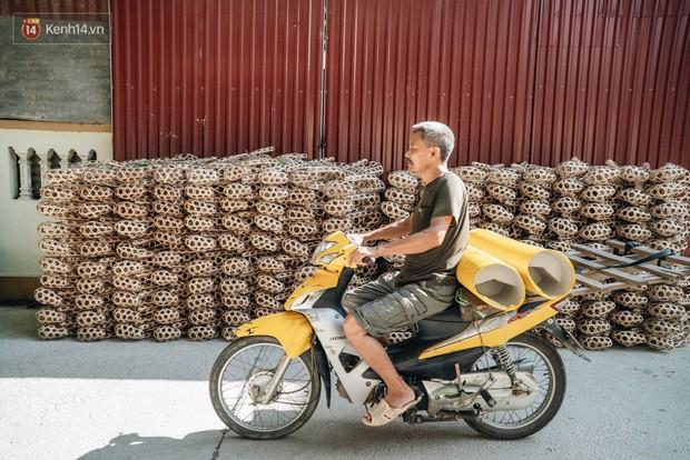 Thủ phủ vàng mã lớn nhất cả nước tấp nập tháng cô hồn: túi Chanel, xe phân khối lớn, xe đạp điện xuất xưởng - Ảnh 1.