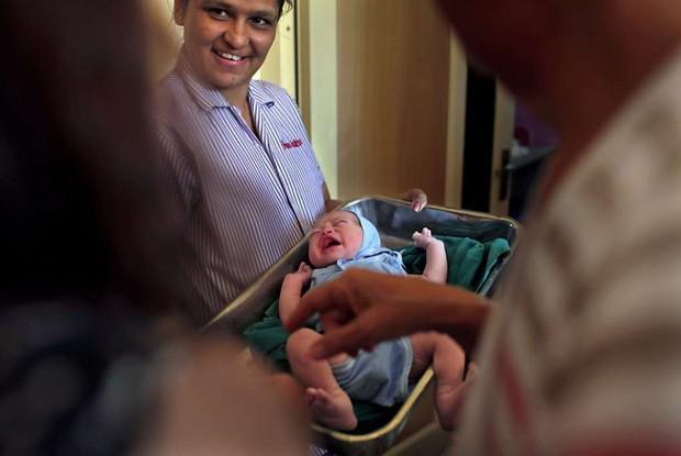 Góc khuất đằng sau ngành công nghiệp cho thuê tử cung: Nỗi đau xé lòng của những bà mẹ không bao giờ được phép nhìn thấy mặt con - Ảnh 1.