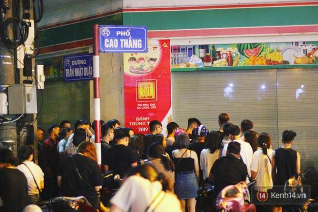 Hết hồn cảnh xếp hàng dài cả km lúc 3h sáng để chờ mua bánh mì dân tổ ở Hà Nội - Ảnh 6.