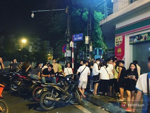 Hết hồn cảnh xếp hàng dài cả km lúc 3h sáng để chờ mua bánh mì dân tổ ở Hà Nội - Ảnh 8.