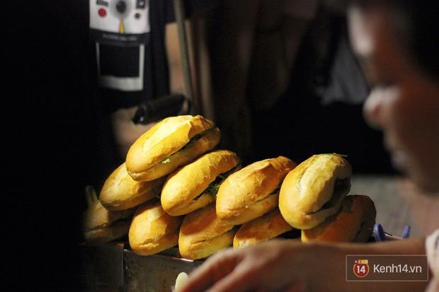 Bánh mì dân tổ có gì bên trong mà cả đoàn người chấp nhận xếp hàng lúc 3h sáng để chờ mua? - Ảnh 16.