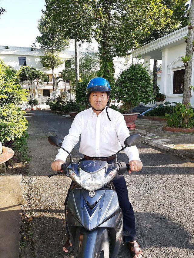 Chủ tịch Đồng Tháp lý giải đi xe máy đến công sở - Ảnh 1.