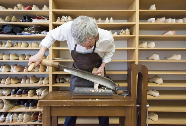 """Quy trình chế tác giày bespoke giá nghìn USD của Berluti - """"anh em cùng nhà"""" với Louis Vuitton: Mất 9 tháng và 250 công đoạn để làm ra tuyệt phẩm! - Ảnh 1."""