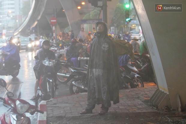 Giữa ban ngày mà Hà Nội bỗng tối đen như mực, người dân phải bật đèn di chuyển trên đường - Ảnh 16.