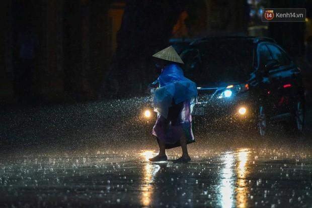 Giữa ban ngày mà Hà Nội bỗng tối đen như mực, người dân phải bật đèn di chuyển trên đường - Ảnh 19.