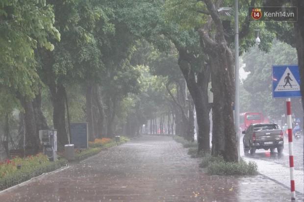 Giữa ban ngày mà Hà Nội bỗng tối đen như mực, người dân phải bật đèn di chuyển trên đường - Ảnh 23.