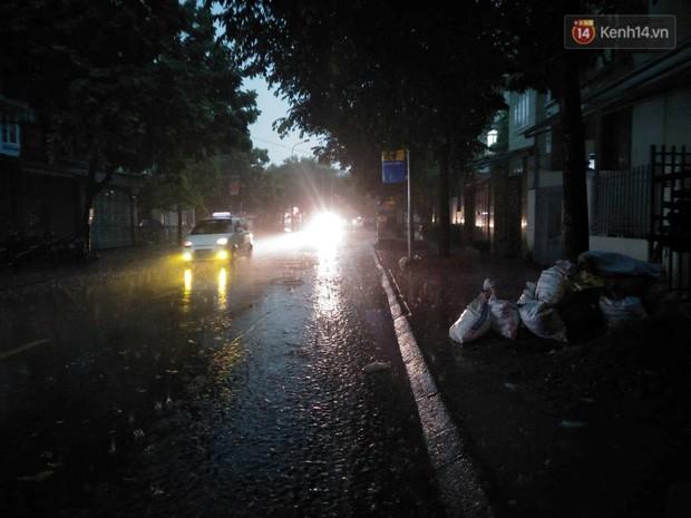 Giữa ban ngày mà Hà Nội bỗng tối đen như mực, người dân phải bật đèn di chuyển trên đường - Ảnh 6.