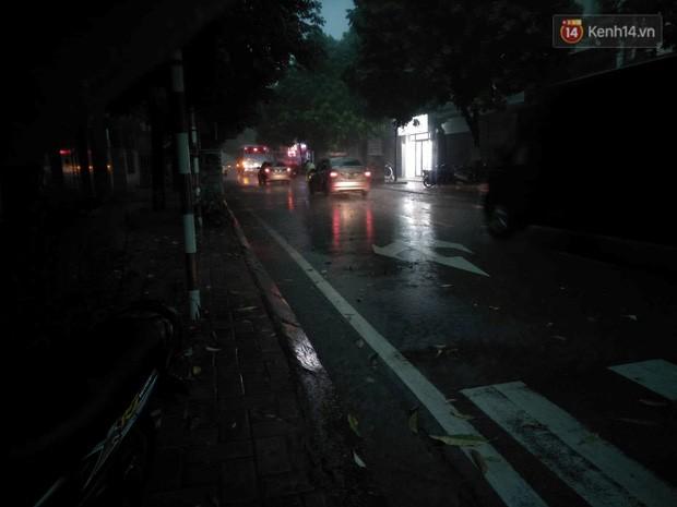 Giữa ban ngày mà Hà Nội bỗng tối đen như mực, người dân phải bật đèn di chuyển trên đường - Ảnh 8.