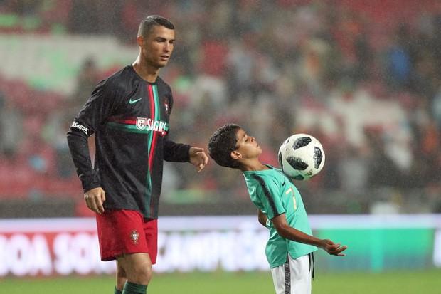 Sở hữu khối tài sản khổng lồ, Ronaldo vẫn biết cách dạy con quý trọng tiền bạc bằng hành động tưởng chừng đơn giản này - Ảnh 1.