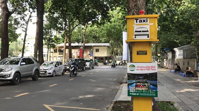 Cận cảnh những điểm đón taxi hoang phế ở Sài Gòn  - Ảnh 1.