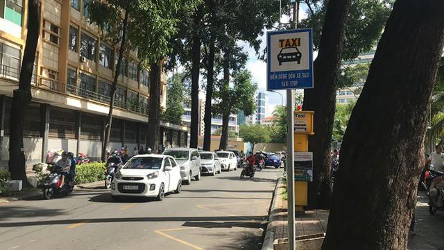 Cận cảnh những điểm đón taxi hoang phế ở Sài Gòn  - Ảnh 2.