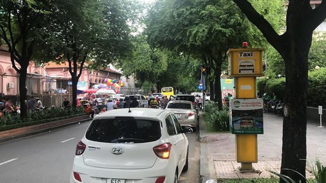 Cận cảnh những điểm đón taxi hoang phế ở Sài Gòn  - Ảnh 3.