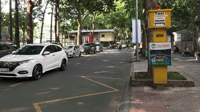 Cận cảnh những điểm đón taxi hoang phế ở Sài Gòn  - Ảnh 4.