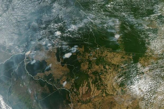 Loạt ảnh gây sốc về rừng Amazon bùng cháy với tốc độ kỷ lục: Khói có thể nhìn thấy từ ngoài không gian, các thành phố bị bao phủ mù mịt như tận thế - Ảnh 1.