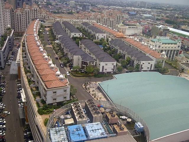 Ngỡ ngàng ngôi làng toàn biệt thự chục tỷ xây trên nóc tòa nhà cao tầng - Ảnh 2.